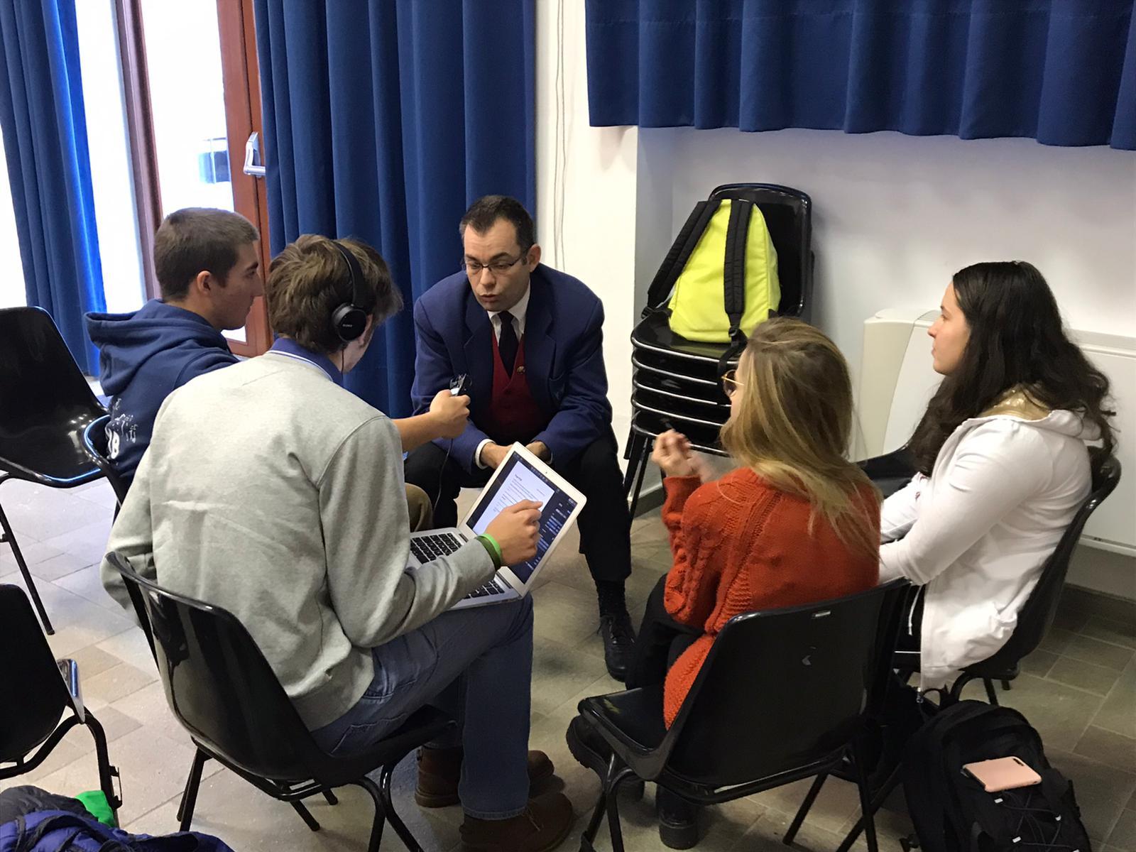 Un groupe d'élève réalise une interview